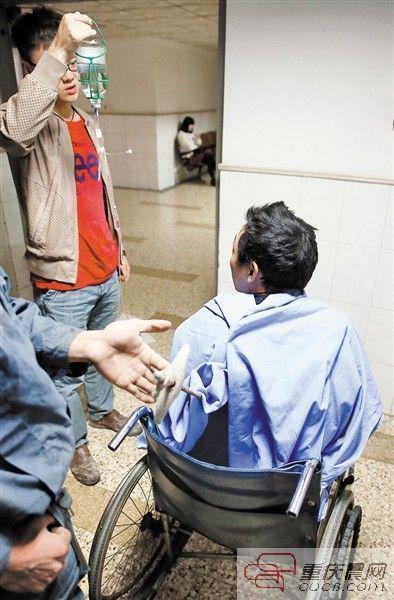 昨日,两路口市急救中心,雷波的手还一直托举着封华贵背上的钢筋。