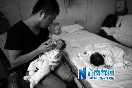 李芳奇在忙完一天的招待工作后,终究有机遇给女儿喂喂奶。南都记者 梁清 摄
