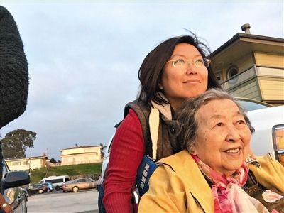2015年新年,安荣和母亲在美国西部一个小镇上的合影。本来得了烦闷症的母亲,现在已治愈,相片中都是笑貌。    安荣供图