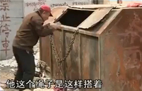 附近的居民描述环卫工人死亡的状态。(视频截图)
