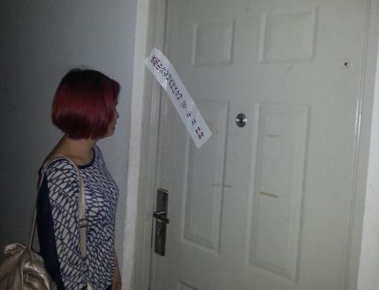 成都武侯区彼岸小区,事发屋子已被警方贴上了封条。