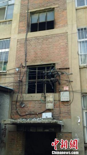 图为刘芳明地点的失火住民楼。 李洋 摄