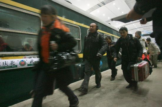 图文:武汉铁路出现客流高峰