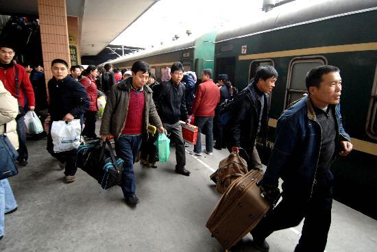 图文:杭州16万滞留旅客基本输送完毕