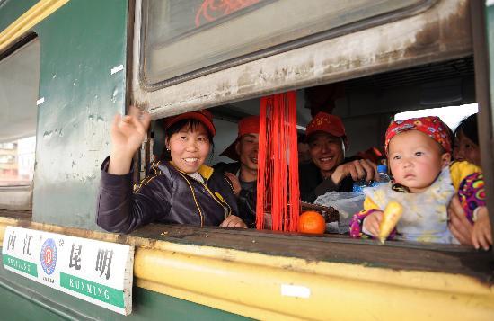 图文:云南开通春节农民工返乡专列