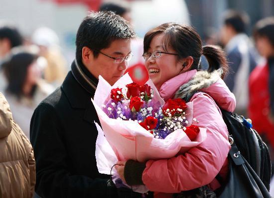 图文:上海火车站一位接过鲜花的姑娘笑逐颜开