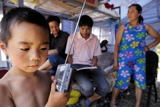 图文:小朋友正在帐篷里收听少儿节目