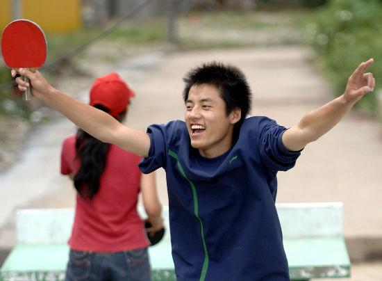图文:绵阳北川中学高三学生在打乒乓球