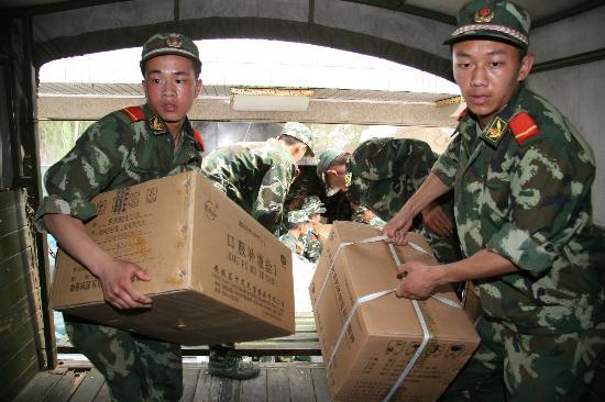 图文:武警战士在高温下搬运救灾物资