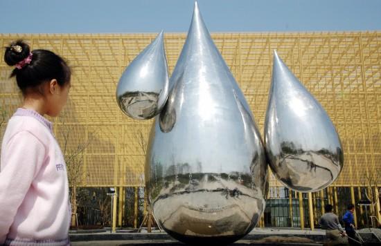4月26日,在苏州工业园区生物纳米科技园广场,工人们对刚完成安装的超大水滴进行基础加固。   当日,一组超大水滴雕塑亮相苏州工业园区生物纳米科技园广场。水滴雕塑高12米,全部用不锈钢打造而成。   新华社发