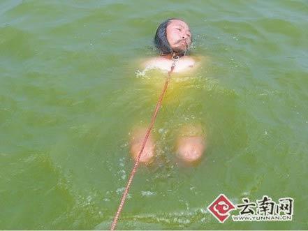 老汉捆绑手脚横渡湖泊用胡子拉动10多吨重船只