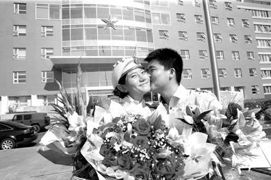 24岁小伙阅兵村里向民兵女友求婚(组图)