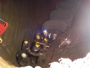 2名工人因化粪池侧壁坍塌被掩埋(组图)
