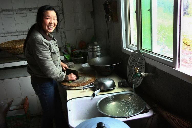 帮老奶奶煮饭简笔画