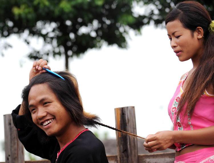 男孩:女孩a男孩给图文梳辫子表示许下故事男生女生被鸡终身玩图片