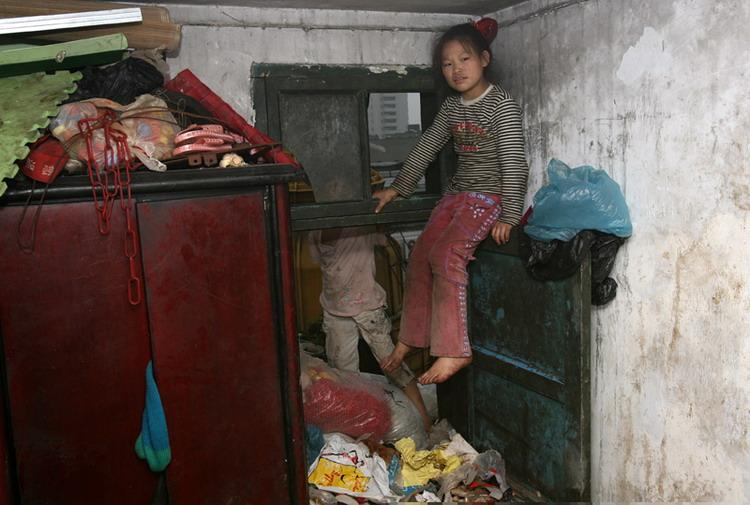 午夜色妹妹西西人体艺术_图文:9岁的妹妹坐在阳台上的门上玩耍