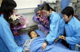 图文:嘉兴的青年志愿者轮流看护孙佩丽