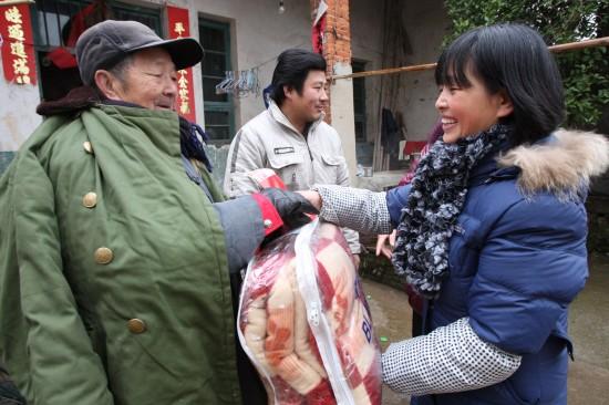 图文:江西省万年县工作人员为贫困户送慰问金