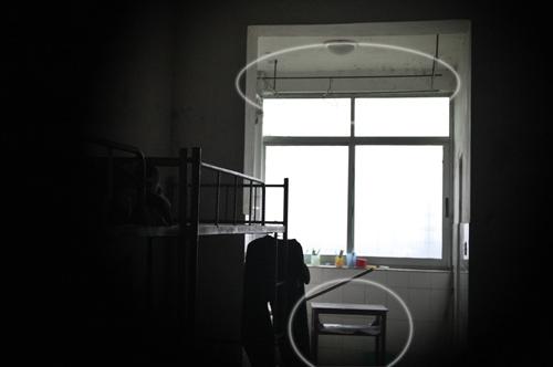 高二男生在宿舍用毛巾上吊身亡(组图)
