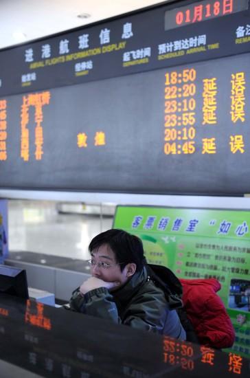 图文:电子屏上显示被延误的航班信息