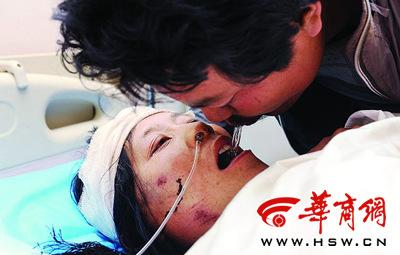 男子嘴对嘴给妻子喂水儿子在地震中失踪(组图)
