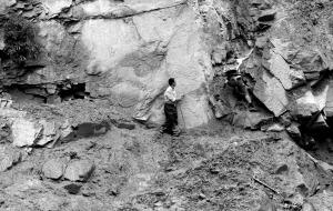 村民靠武警所留攀岩绳下山崖进出汶川(图)