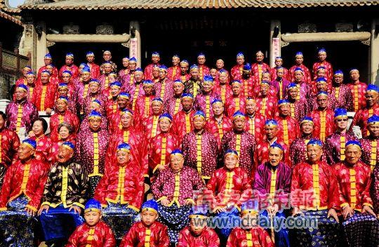 昨日,盐步平地黄氏大宗祠举行冬祭,村民身穿统一服装出席并在宗祠里拍大合照留念。 南都记者 陈志刚 摄