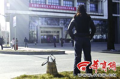 昨日11:30考试结束后,陈女士看着走出考场的考生,惋惜自己一年的努力付之东流 本报记者 叶原 摄