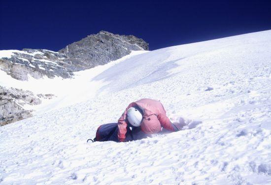 遇难者的上身露在雪地上,身体下部仍被雪埋住。新华社发 刘峰 摄