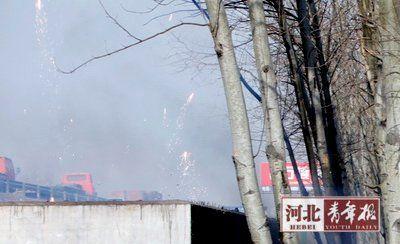 救援进行的同时,不断有炮竹爆炸