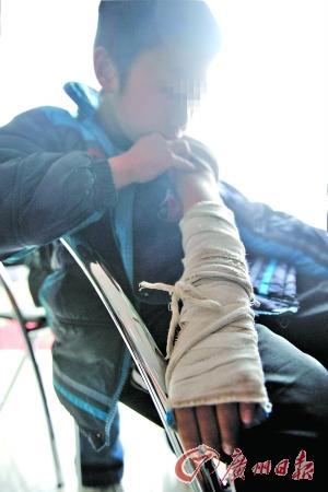 男童少写三道题被女老师打断手臂