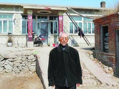 蒋庆泉在自家房前