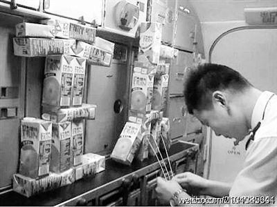 """一名空乘正在机舱内对着摆成""""正点""""二字的果汁许愿。图片来自网络"""