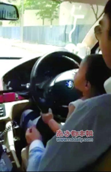 驾驶途中,男子几次放开双手,由男童独自操控。视频截图