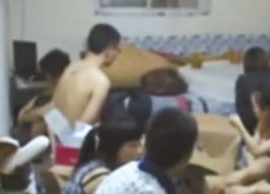 卖淫团伙成员在地下室被警方控制。视频截图