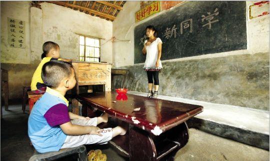 湖北3千名农村学生自带课桌上学