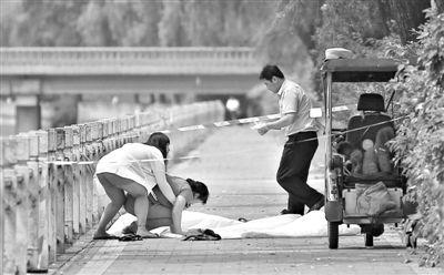 昨日,溺亡闫先生的亲属赶到现场。闫先生的三轮车上,两只泰迪犬静静地卧着。新京报记者 韩萌 摄