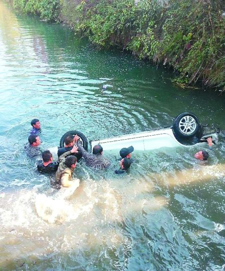 12位农民下河砸窗救4人
