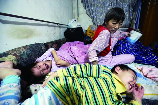 哄孩子睡觉是件大工程,常常要在床上耗上两个小时 摄/法制晚报记者 洪煜