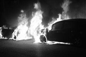 男子感情受挫点燃路边8辆车泄愤(图)烧车泄愤感情受挫