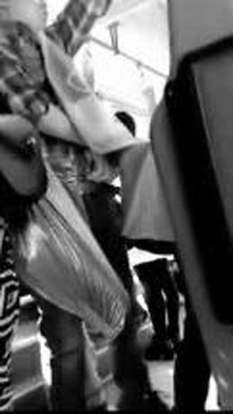 格子上衣男子用布包遮挡偷窃得手后准备离开 视频截图