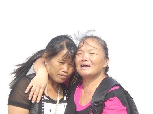 见到救命恩人魏冬桂(左),沈爱兰十分激动