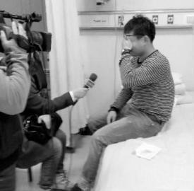 说到采访时的遭逢,记者王博很悲伤 本报记者 崔宝峰 摄