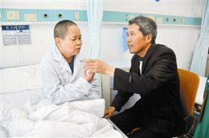 彭川生(右)在病床旁仔�地�P照老婆。深圳晚�笥�者 郭斌 �z