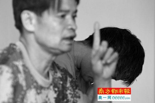4月15日,深圳西丽大勘村,曾叔在屋内报告这30多年与稀有神经病老婆之间的故事。 南都记者 刘有志 摄