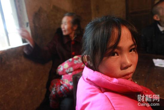 凤形村11岁的女孩袁娟娟,寄居在姥姥家。她的妹妹8个月时被抢走至今下落不明。陪记者采访的村民说,她的妈妈已经精神失常。  财新记者 李漠 摄