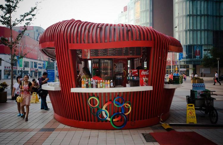图文:王府井大街的鸟巢售货亭