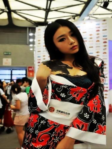 完美coser龙纹女