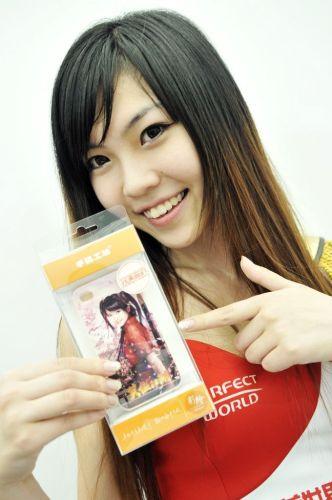 笑容甜美的SG展示笑傲IP4手机保护壳~~