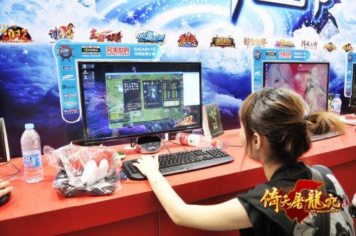 图2:ChinaJoy现场玩家试玩《倚天屠龙记》
